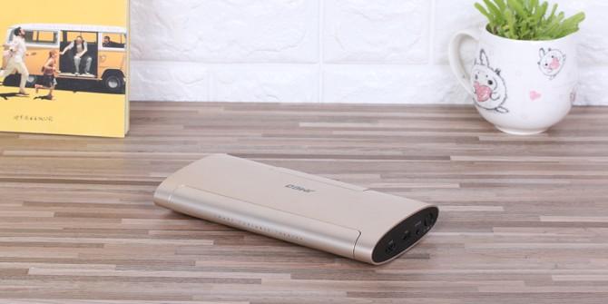 把手机和投影接在一起 坚果M6微投体验